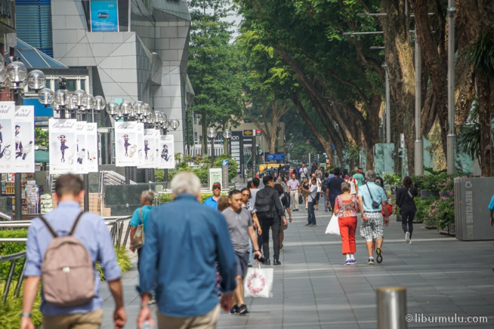 Walking distance to Orchard Road is one of the free excursions in Singapore