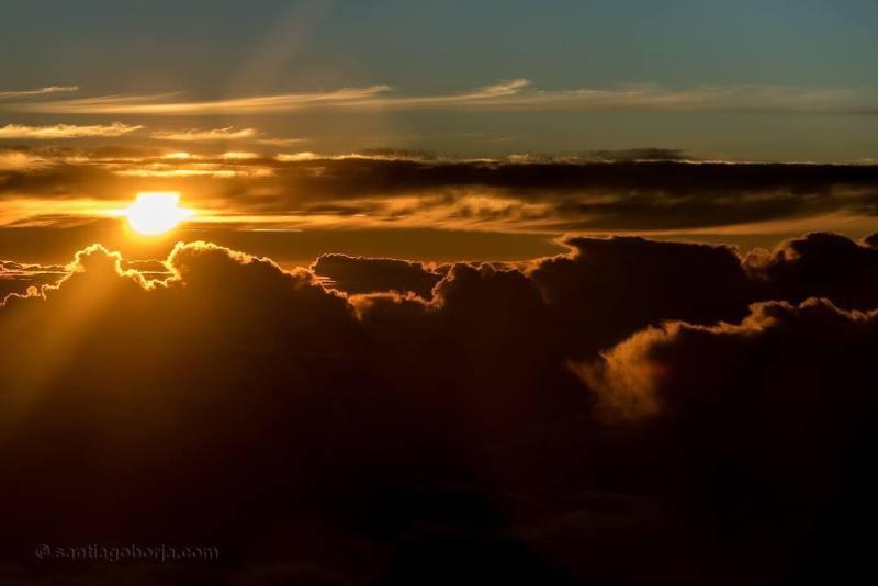 Foto sunset memang selalu mengesankan, tapi lebih mengesankan lagi kalau foto sunset dari kokpit pesawat di puluhan ribukaki diatas permukaan laut!