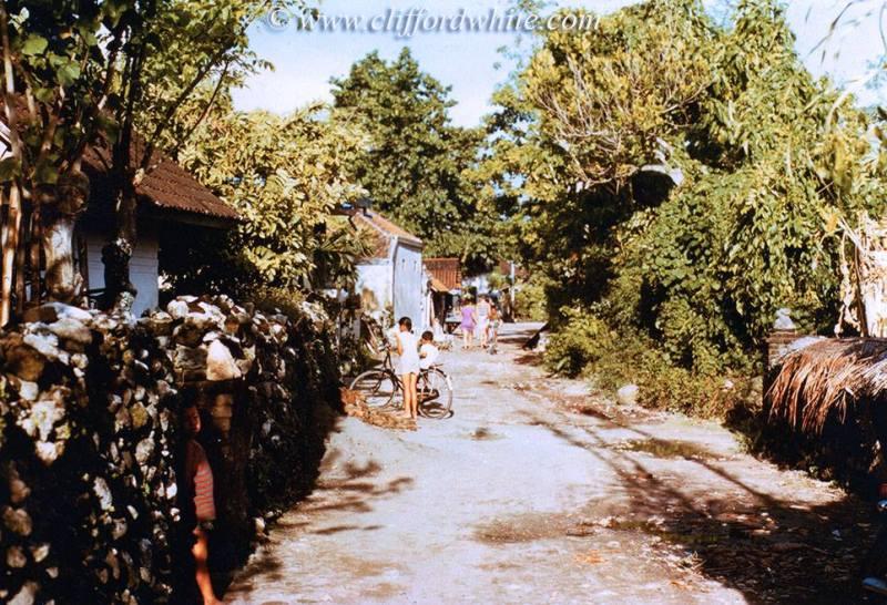 Jalan Tegalwangi, Kuta, Bali pada bulan april 1975. Kuta masih begitu sepi, sementara Pantai Kuta berada pada jarak sekitar 100 meter dari tempat ini.