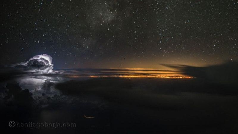 Seperti inilah pemandangan langit malam dari dalam kokpit pesawat terbang. Cantik banget ya?