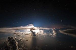 Suasana malam hari di atas samudera atlantik yang begitu indah dan mengagumkan! Cahaya apakah sebenarnya itu?