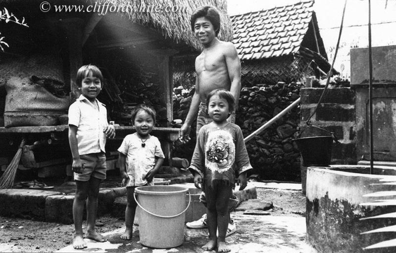 Ternyata baju barong Bali memang sudah hits sejak tahun 70-an. Dan seperti inilah wajah masyarakat Bali pada waktu itu.