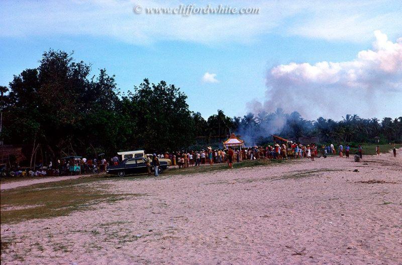 Upacara Ngaben yang dilakukan di Pantai Kuta pada tahun 1975
