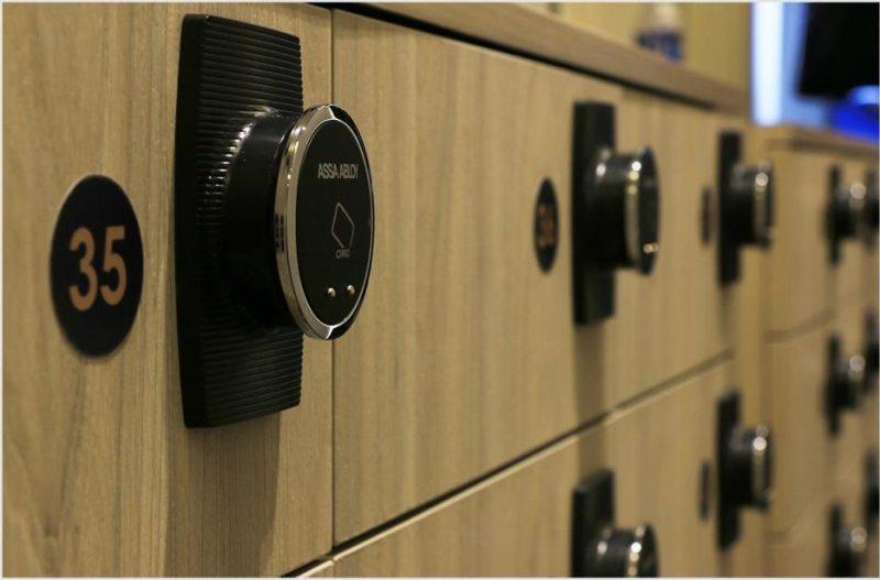 Fasilita loker pribadi dengan akses card khusus untuk setiap tamunya