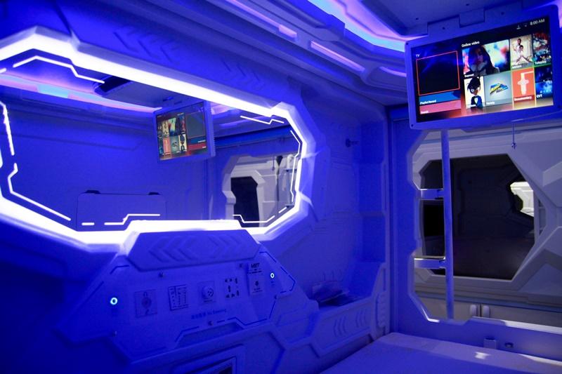 Terdapat satu layar TV di standard pod