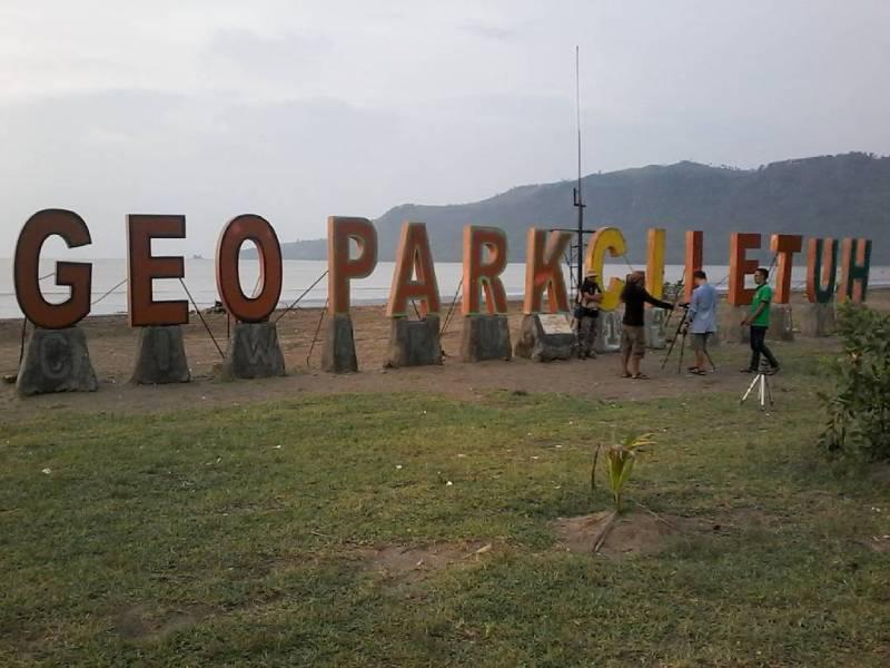 Tulisan geopark yang berada di pantai by IG @reinha.iwan