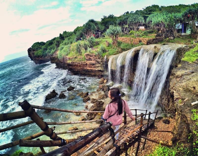 Pantai Jogan, pantai di Yogyakarta dengan air terjun yang menawan via @alvionitacaprina