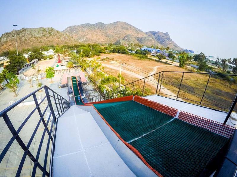 Santorini Park ini hanya berjarak beberapa jam dari Bangkok, jadi kalian bisa berkunjung kesini dalam sehari
