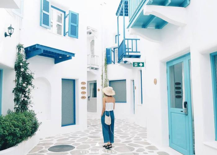 Tempat ini cocok buat kalian yang ingin merasakan warna-warni Santorini, namun tanpa pergi ke Yunani