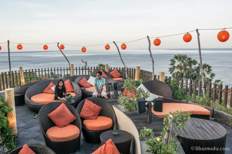 Rooftop bar untuk bercengkrama sambil menikmati suasana matahari terbenam di Amed