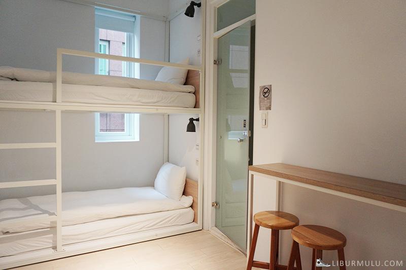 Sandard room bunkbed flipflop hostel