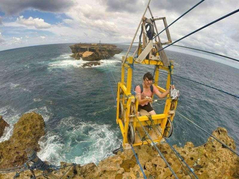 Gondola Pantai Timang yang menantang inilah salah satu yang membauat pengunjung penasaran dengan tempat wisata berupa pantai ini @levinaxvr