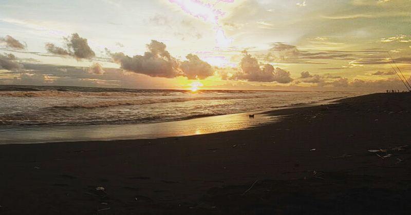 Sunset di Pantai Pandansari sangat menggoda. via @fathan_anwarudin
