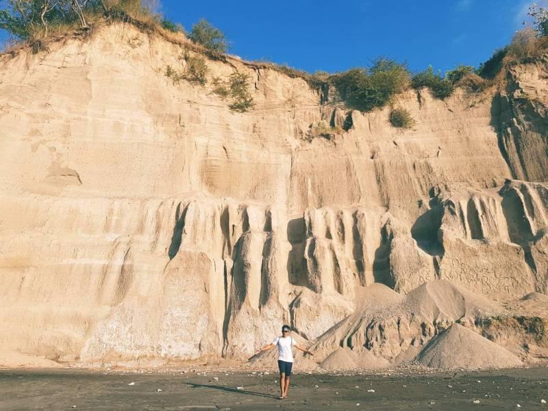 Kamu bisa berburu foto Instagram yang keren di tempat wisata Pantai Tebing Cluakan ini. via IG @awangdrmwn