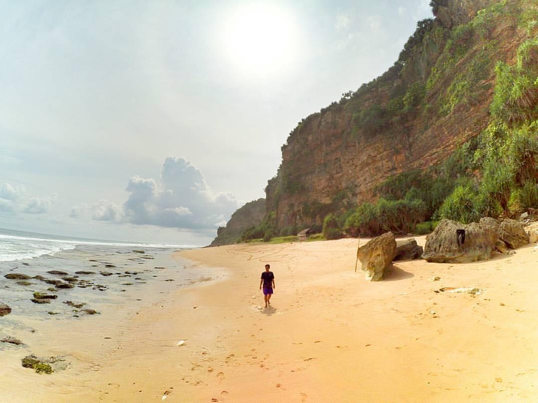 Pantai Watunene adalah pantai di Yogyakarta yang berada di bawah tebing karst yang kokoh! via IG @andri_yantoo