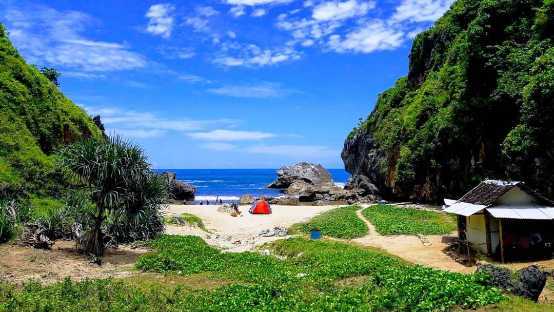 Pantai Wohkudu ini adalah pesona baru pantai di Yogyakarta via IG @dangkurstory