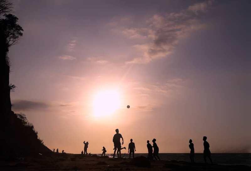 Sebaiknya berkunjung ke Pantai Tebing Cluakan bersama teman-teman! via IG @iqbalcules