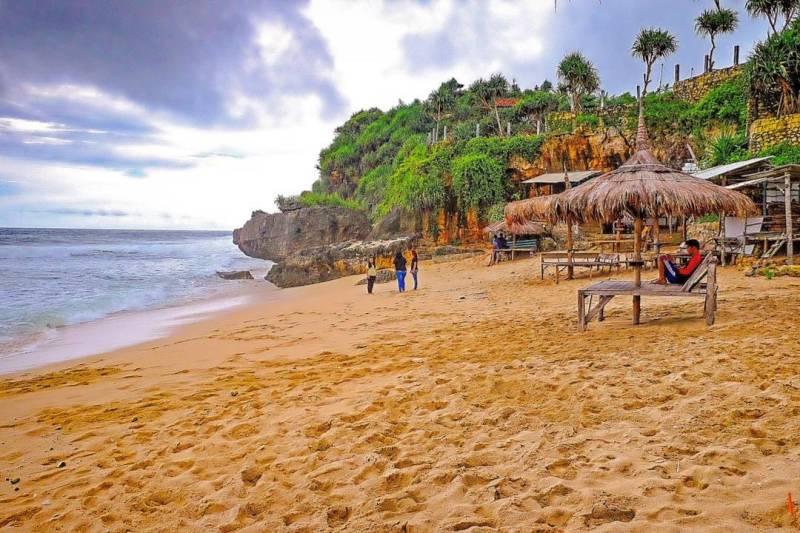 Selain berenang, kamu bisa juga bersantai di Pantai Watulawang. via IG @suryojdb