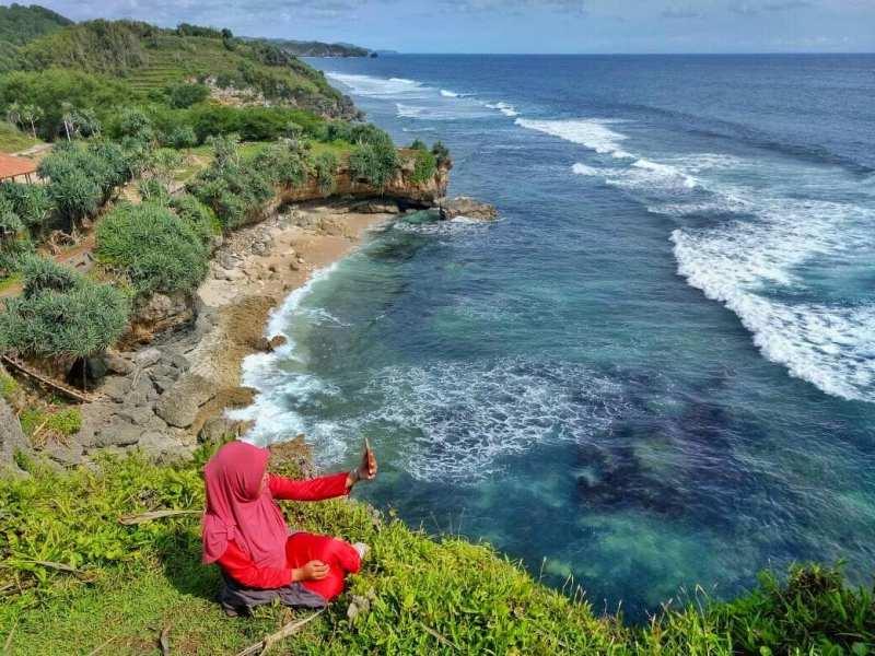 Meski kurang terkenal, namun keindahan Pantai Nglolang di Jogja ini tidak diragukan lagi! via @nurfiafiana
