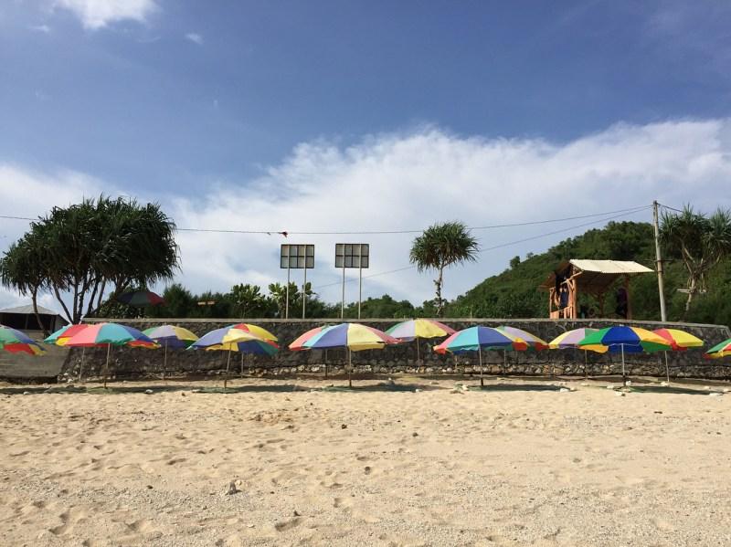 Payung warna-warni ini adalah salah satu ciri khas dari Pantai Nguyahan ini! via @leonardleo625