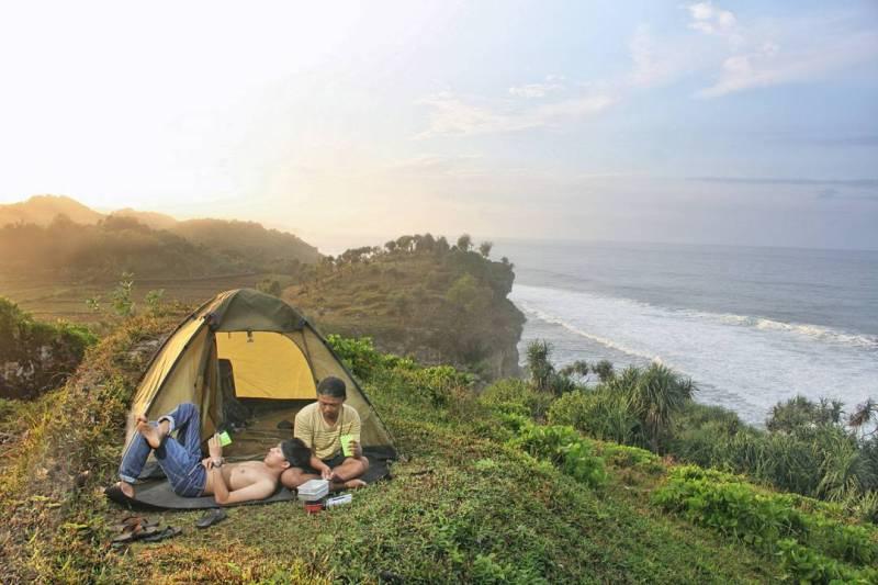 Selain menikmati keindahan Pantai Nglolang, kamu juga bisa camping disini. via @nurulmuhsin