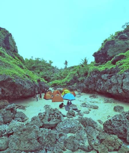 Kamu juga bisa camping di Pantai Mbirit ini! via IG @singmetosleepy