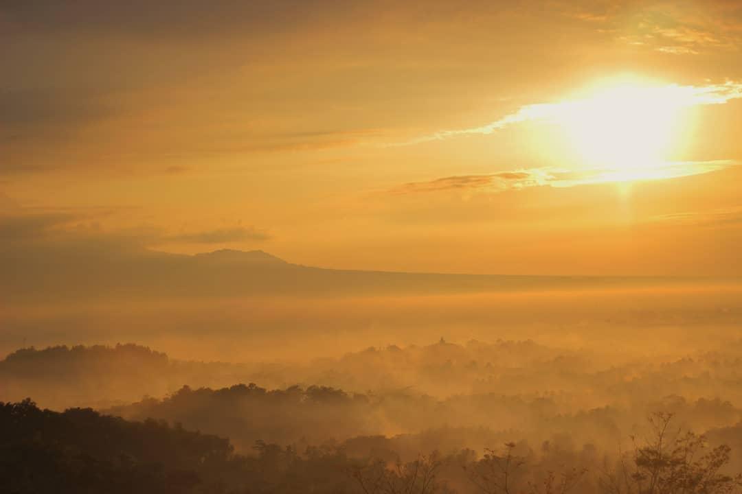 Bukit ini adalah salah satu tempat terbaik untuk melihat sunrise di Magelang, Jawa Tengah! via @kenezphoto
