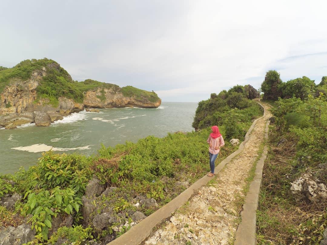 Pantai Buron, Pantai Nelayan Sekaligus Obyek Wisata Gunungkidul. via @anis.lily