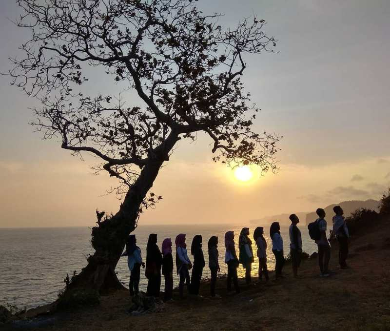We recommend that you visit this beach with friends! via @sewamobil_jogja