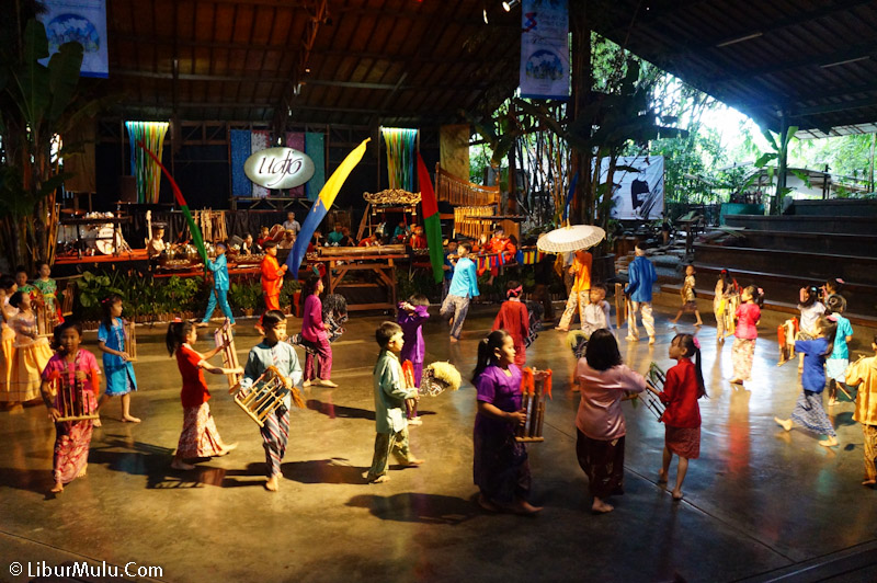 Sebagian besar pertunjukan dimainkan oleh anak kecil.