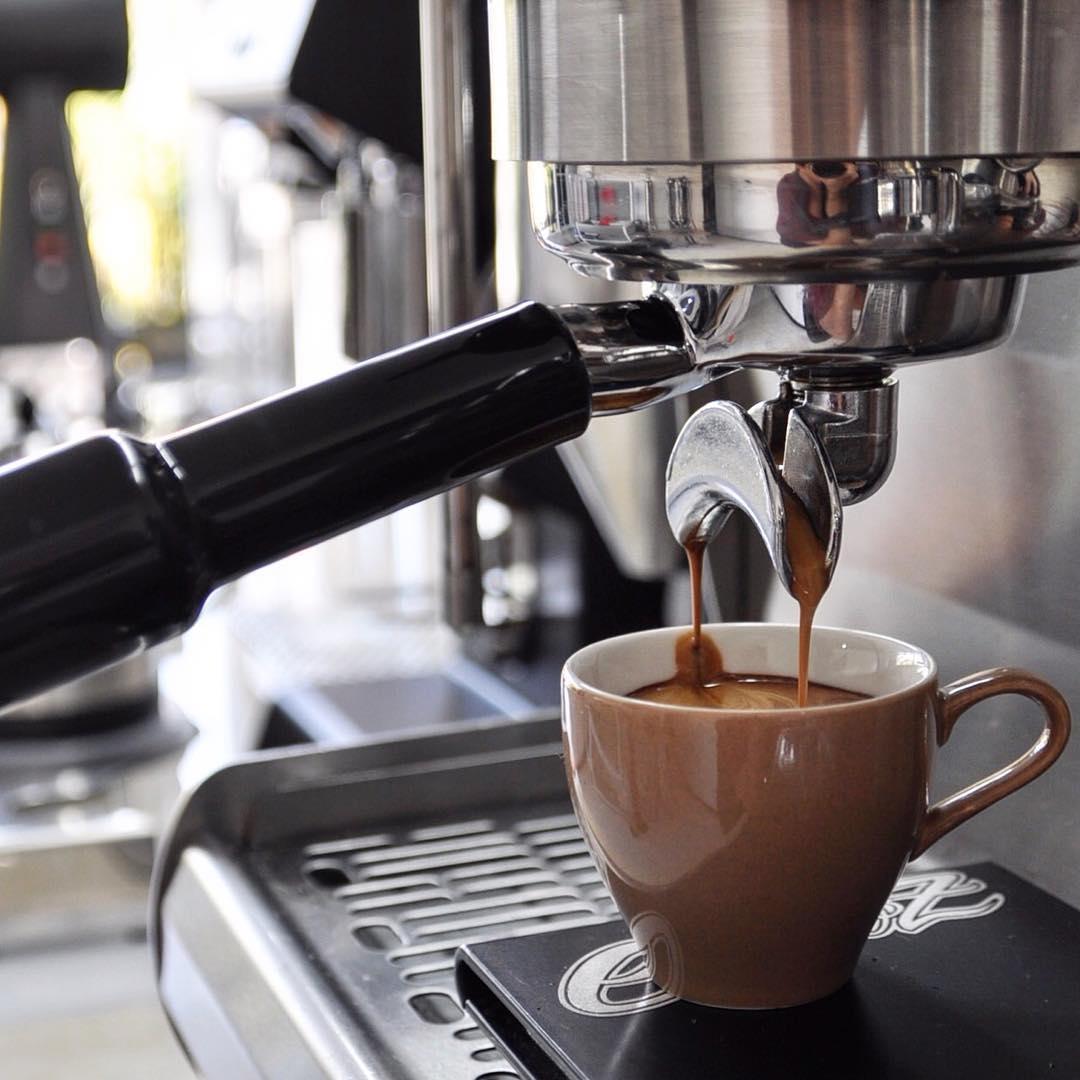 Menyeruput segelas kopi panas di Malang yang dingin tentu mengasikkan via @8ozcoffeestudio