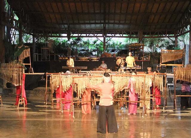 Pertunjukan angklung di Saung Mang Udjo Bandung.