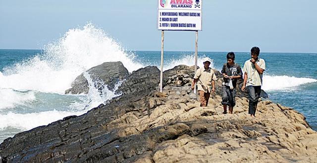 Ombak Pantai Watu Ulo yang lumayan kencang, arus berhati - hati bermain di pantai ini.