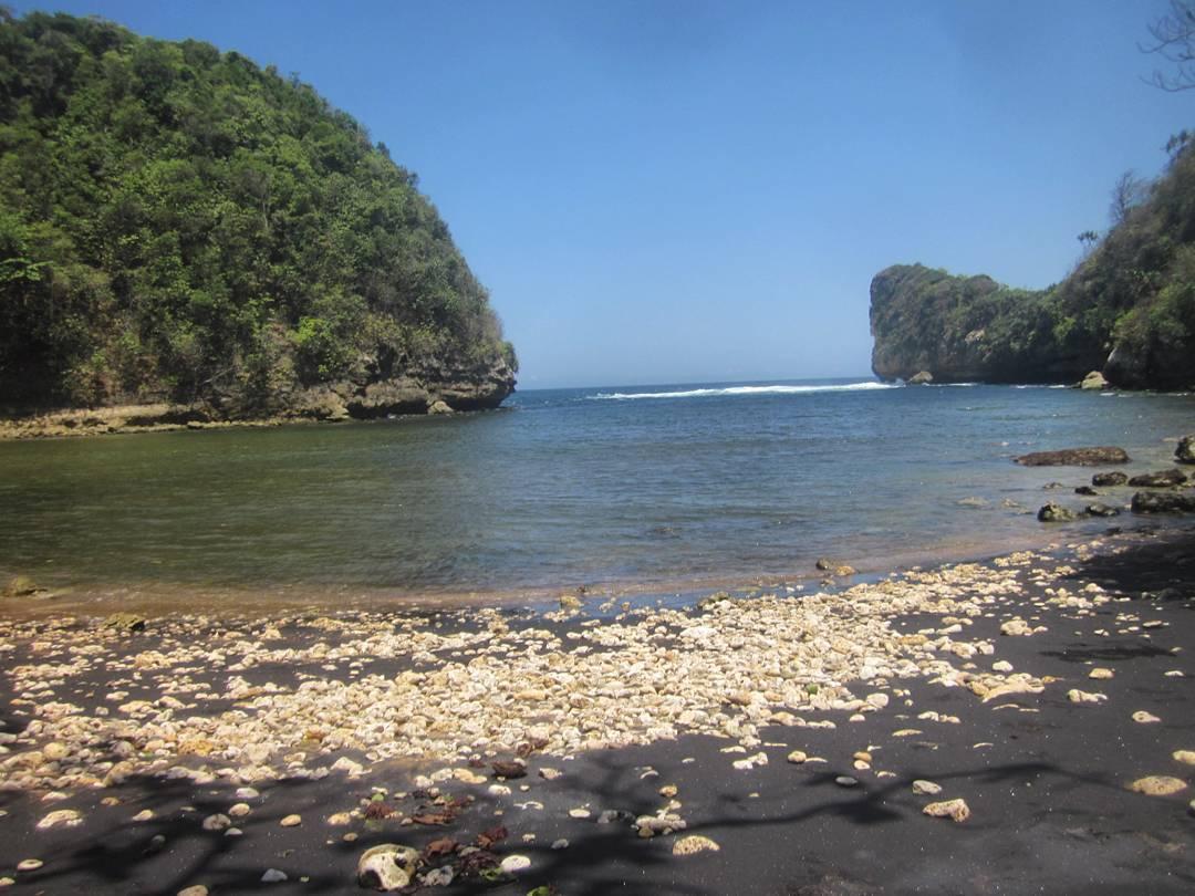Pantai di Malang yang belum terjamah, Pantai Nglurung.