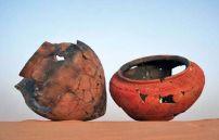 """أواني مكتشفة في الصحراء الليبية تعود لفترة الرعاة """"نهاية العصر الحجري الحديث"""" تم تجميعها بعد ان كانت قطعا متناثرة, وقد يصل عمرها إلى 5000 سنة حسب تقارير لجامعة روما الإيطالية التي عملت احدى بعثاتها في منطقة """"مساك صطفت"""" جنوب غرب ليبيا"""
