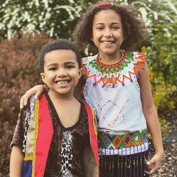 С 3 години по-малкия си брат Томас и облекло, почитащо зулу корените им Снимка: Инстаграм