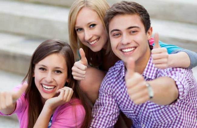 Friends with laptop showing thumbs up - Copyright: piksel (123rf)