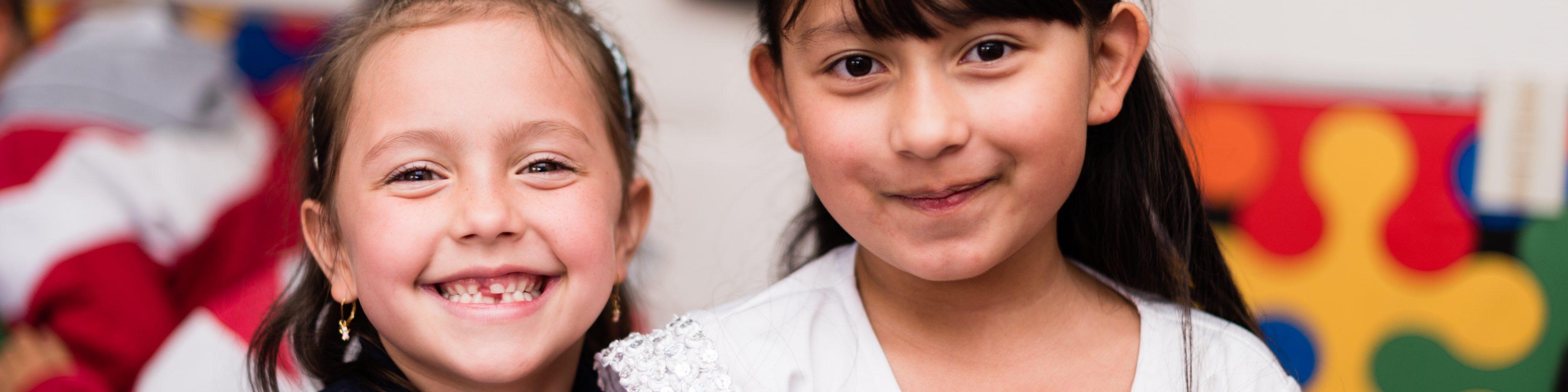 niñas sonriendo