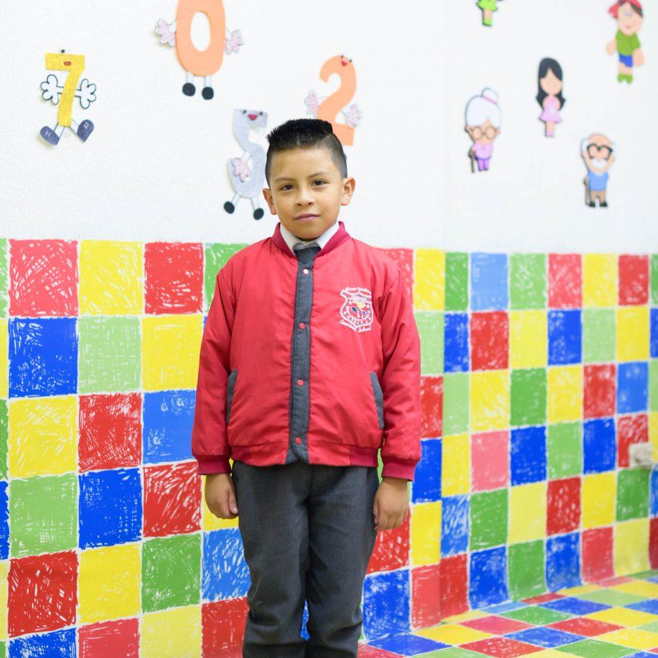 estudiante niño primaria uniforme