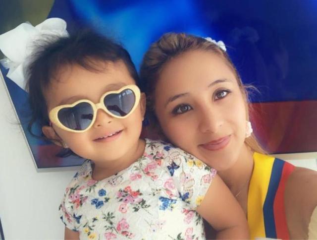 bebe y su madre con bandera de colombia