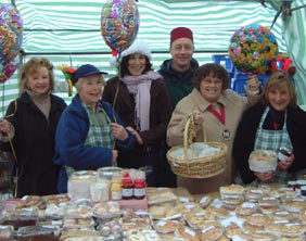 Cllr Norma Bacon joins traders to celebrate the 40th anniversary in 2004