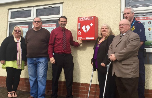 Mandi EdwardsDavid Crowe, Cllr Darren Ennis, Cllr Pamela Stokes, Cllr Keith Stokes and Paul Dadge with the new defibrillator