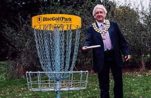 Cllr Mark Warfield trying out disc golf