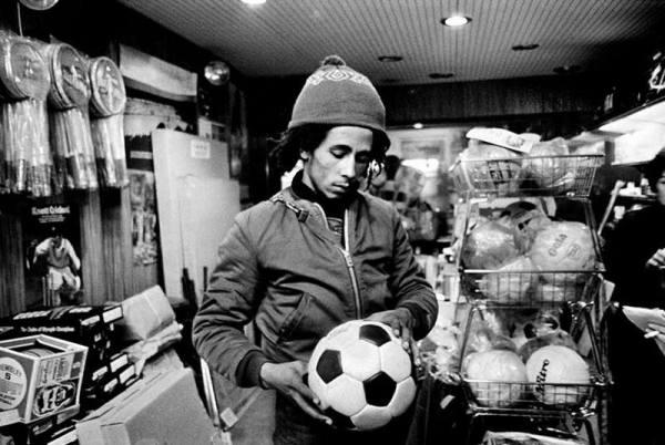 Боб Марли выбирает футбольный мяч в спортивном магазине ...