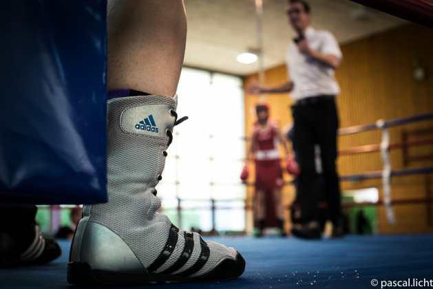 arbitro indica alle atlete sul ring l'inizio dell'incontro