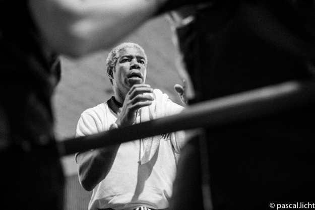 Allenatore di boxe da consigli al boxeur sul ring