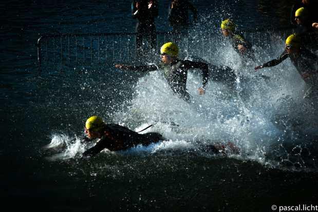 triathlon locarno atleti alla partenza in acqua che si tuffano nel lago