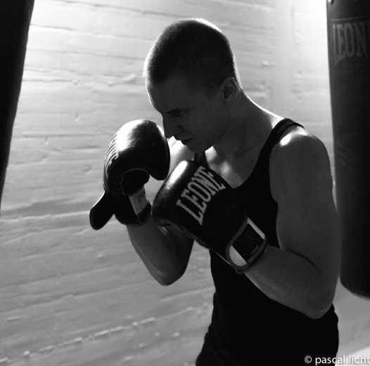 boxeur durante un allenamento coi sacchi