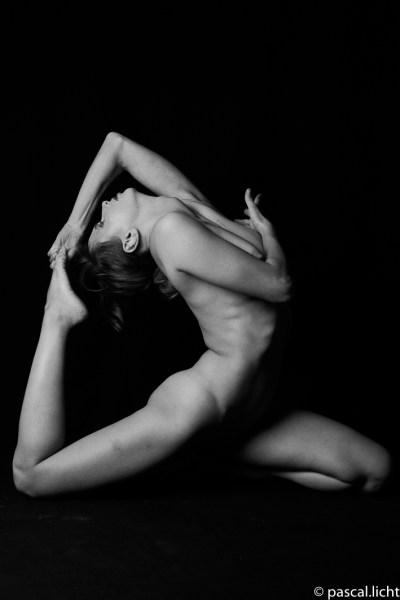 Ritratto artistico di nudo in studio, modella contorsionista, foto in bianco e nero.