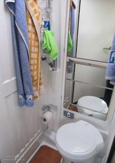 Nasszelle: Hinter dem unteren Spiegel befindet sich das Waschbecken.